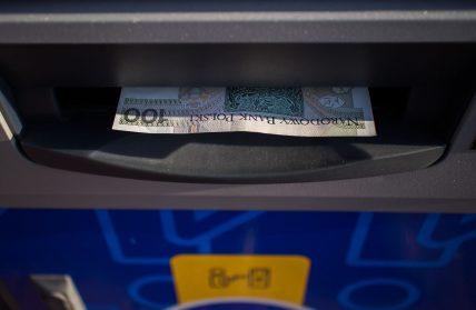 Jak bezpiecznie korzystać zbankomatu